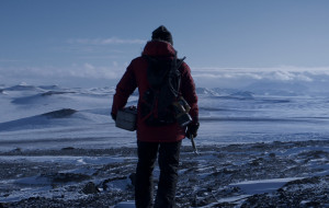 """Człowiek na krańcu świata. Recenzja filmu """"Arktyka"""""""