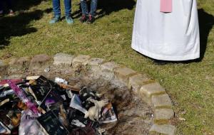 Mandat dla księdza za spalenie książek