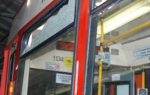 Dla zabawy wybili szyby w tramwaju i siedmiu autach