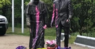 Oblano farbą pomnik papieża i Reagana