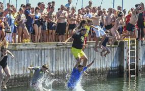 201 skoków z molo do wody po 50 zł każdy. Zobacz video i zdjęcia
