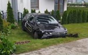 """Auto """"na minuty"""" wjechało do ogródka. Kierowca pijany"""