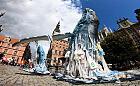 Sześciometrowa rzeźba wieloryba przy fontannie Neptuna