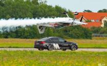 BMW M5 kontra samolot. Widowiskowy wyścig...