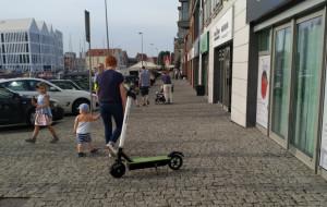 Opłaty za parkowanie hulajnóg na chodnikach? Na razie nie