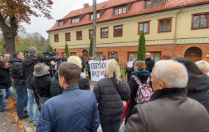 Manifestacja wiernych pod kurią w Oliwie