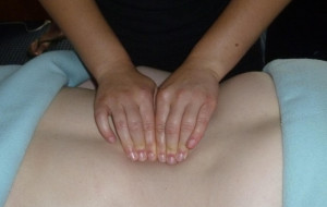 Jedna robiła seniorce masaż, druga okradała jej mieszkanie