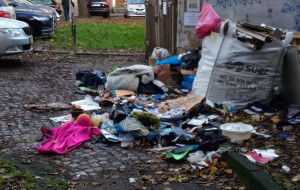 Ulica Ogarna w centrum Gdańska pełna śmieci