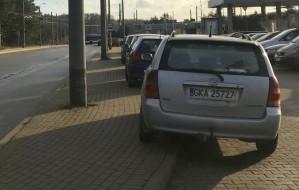 Kierowcy znów parkują na chodniku na przystanku