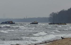 Holownik uwolniony z mielizny w Orłowie, ponton poczeka na odholowanie