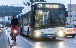 Rowerzysta dziękuje kierowcy trolejbusu