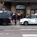 Taksówkarze zastawiają wąski przejazd przy dworcu