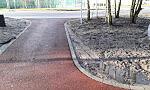 Auta rozjeżdżają nową ścieżkę dla pieszych i rowerów na południu Gdańska