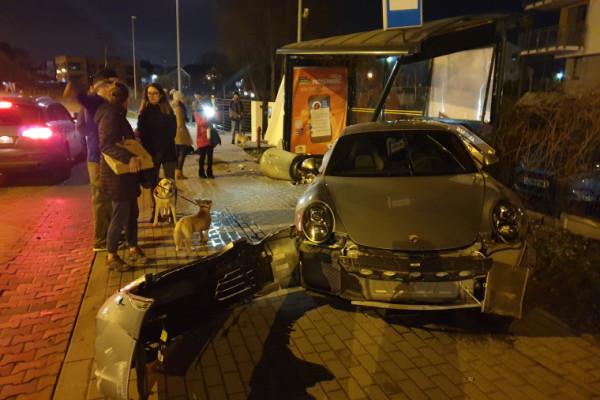 Porsche wjechało w przystanek w Gdańsku. Kierowca uciekł
