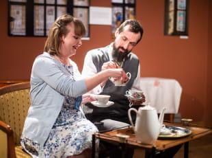 Brytyjska komedia z filiżanką herbaty. Friendly Relations Maybe Theatre Company