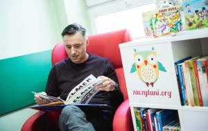 Czytają dzieciom bajki online