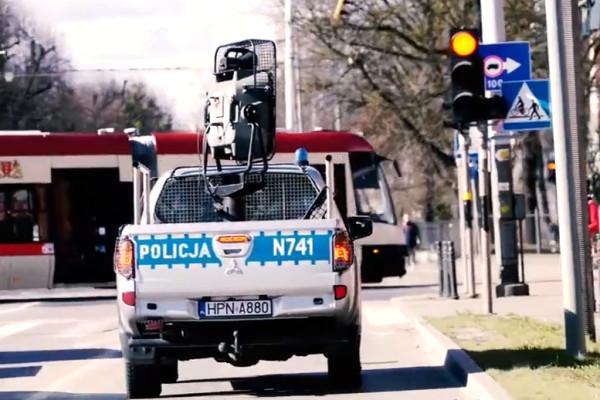 Policjanci z radiowozów apelują, by zostać w domu
