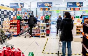 Spadek konsumpcji głównie w usługach. Handel przeniósł się do sieci