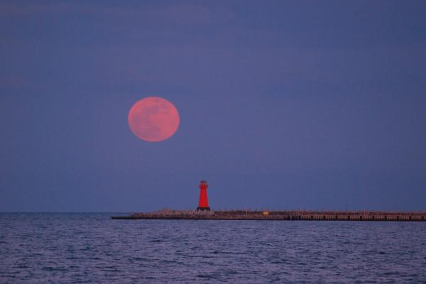 Tej nocy niezwykła pełnia różowego Księżyca
