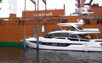 Luksusowe jachty na pokładzie statku...