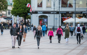 Coraz więcej turystów, maseczki coraz mniej popularne