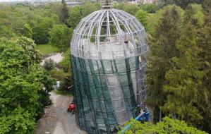 Trwa montaż 420 szyb palmiarni w Parku Oliwskim