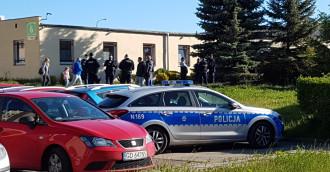 SM Ujeścisko. Były zarząd siłą wszedł do budynku. Jeden z męczczyzn miał broń gazową