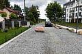Gdynia: głaz jako spowalniacz na drodze