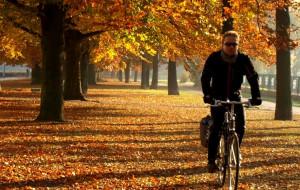 Jak ubrać się jesienią na rower? Poradnik dla mieszczuchów