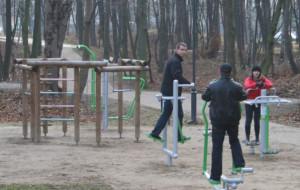 Minisiłownia w parku w Brzeźnie
