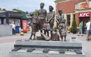 Pomnik Kindertransportów zniszczony przez złodzieja i słońce