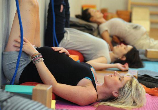 Będąc w ciąży nie musisz siedzieć w domu i rezygnować z dotychczasowych przyjemności i aktywności. Siłownia, basen czy aerobic pod okiem instruktora są jak najbardziej bezpieczne i wskazane.