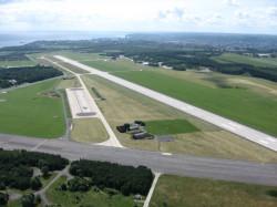 Choć już coraz bliżej do uruchomienia cywilnego portu lotniczego na lotnisku w Kosakowie, to także ta inwestycja ma opóźnienie.