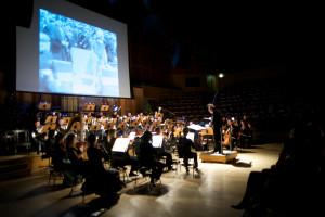 Dzięki znakomitej grze Orkiestry Polskiej Filharmonii Bałtyckiej pod dyr. Massimiliana Caldiego muzyka potęgowała efekt komiczny oraz dopowiadała to, czego w filmie niemym nie mogą wyrazić słowa.