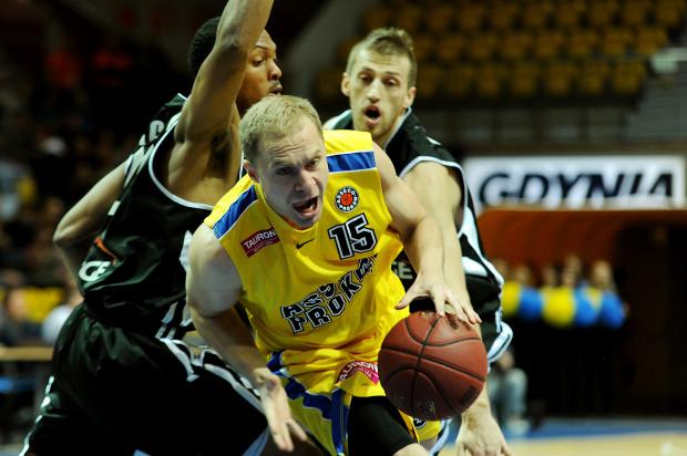 Zimna krew i rzuty Łukasza Koszarka w końcówce spotkania w Radomiu uratowały wygraną Asseco Prokomu.
