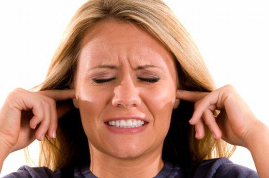 Gwizdanie, dzwonienie, stukot, szmer, a nawet dźwięk podobny do odgłosu nadjeżdżającego pociągu: szumy w uszach mogą dokuczać w przeróżny sposób. Jak z nimi walczyć?