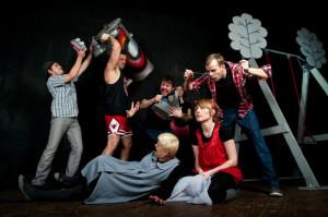 """Spektakl """"Poobiednie igraszki"""" w reż. Jacka Gierczaka inauguruje działalność nowej przestrzeni scenicznej w Teatrze Miniatura - Sali Prób. Na scenie zobaczymy m.in. Tymona Tymańskiego. Premiera 24 lutego."""