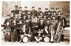 Ks. Jan Bosko w otoczeniu orkiestry dętej.
