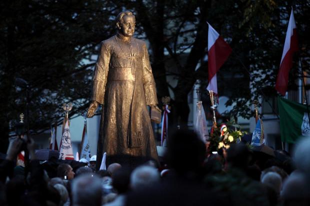 31 sierpnia 2012 roku przy kościele św. Brygidy odsłonięto pomnik kapelana Solidarności ks. Henryka Jankowskiego. Powstał dzięki składkom społecznym.