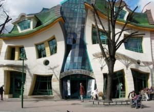 Według duetu Architecture Snob sopocki Monciak - na czele z Krzywym Domkiem - jest odpustowy i plastikowy.