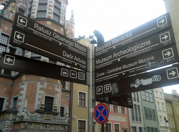 Znaki wskazujące drogę do gdańskich zabytków są dziś w języku polskim, niemieckim i angielskim. Wkrótce mają być też w rosyjskim.