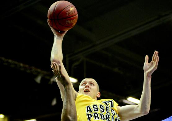 Przemysław Zamojski dwoił się i troił w sobotnim starciu. Zdobył 16 punktów, po 5 zbiórek i asyst, ale nie uchronił Asseco Prokomu przed odpadnięciem z play-off.