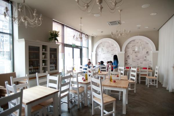 Jasne wnętrze restauracji La Cucina.