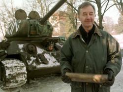 Zdjęcie wykonane w 2001 r. tuż po zakupie czołgu przez Jerzego Janczukowicza.