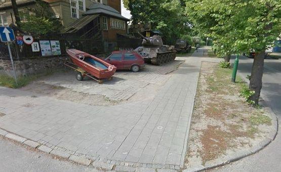 Na zdjęciu z Google Street View doskonale widać, że czołg nikomu nie utrudniał poruszania się ul. Piastowską.