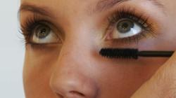 Makijaż letni powinien być lekki i bardzo naturalny. Możemy natomiast poszaleć z kolorami - modne będą oranże, żółcie i błękity.