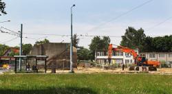 Po rozebraniu części nasypu kolei kokoszkowskiej przy ul. Wita Stwosza pozostał betonowy przyczółek.