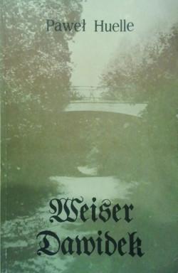 """Okładka pierwszego wydania powieści Pawła Huelle pt. Weiser Dawidek. To dzięki temu zdjęciu mostek w lesie zyskał miano """"mostu Weisera""""."""