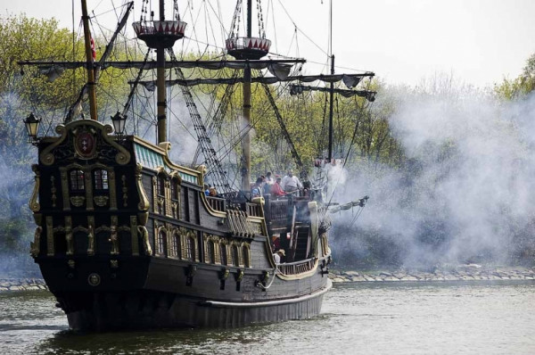 W tym roku podczas Baltic Sail odbędą się dwie bitwy morskie - jedna przy Twierdzy Wisłoujście, druga na Motławie przy Filharmonii Bałtyckiej. Obie odbędą się tego samego dnia.