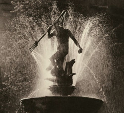 Fontanna tryskająca wodą w latach sześćdziesiątych. Dziś tryska w zupełnie inny sposób. Fot. T. Link